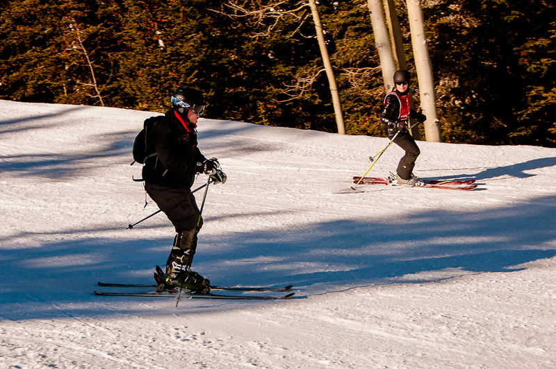Injured combat veteran skiing with prosthetic leg.